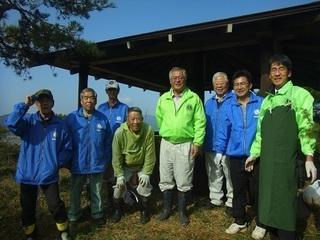 s�@-3桜の園で東屋の塗装修繕.JPG